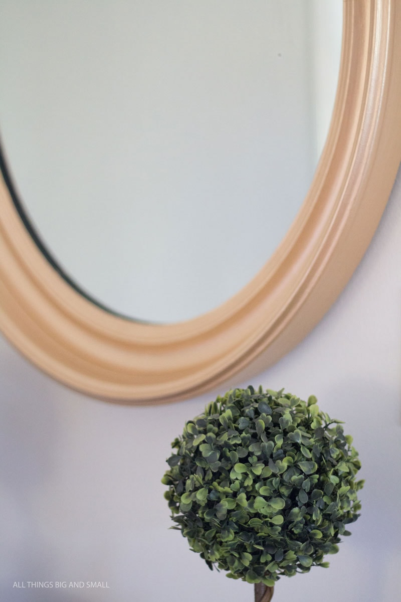 Gold framed mirror DIY that looks amazing and was soooo inexpensive! Such an awesome hack for inexpensive decorative mirrors!