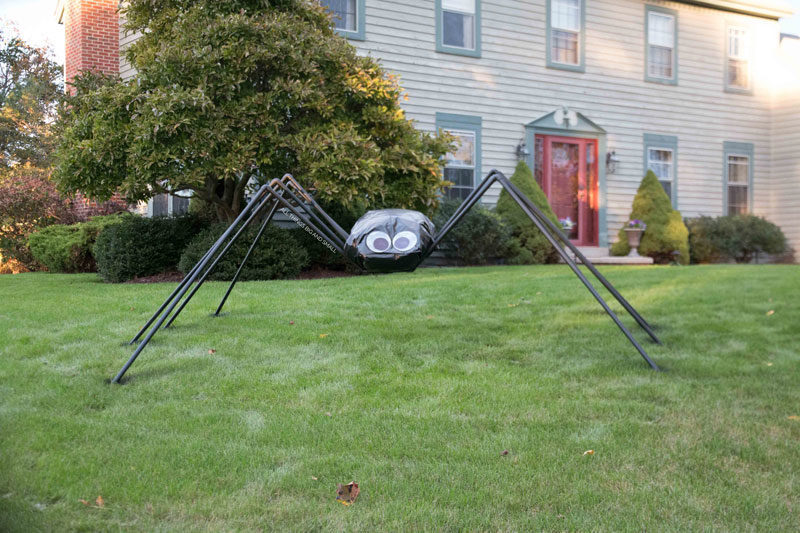LOVE! Saving this DIY Giant Spider Decoration