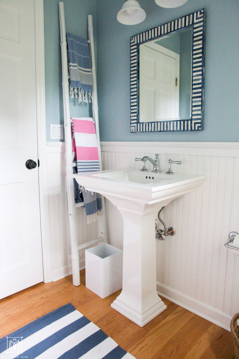 pedestal sinks make small bathrooms look bigger