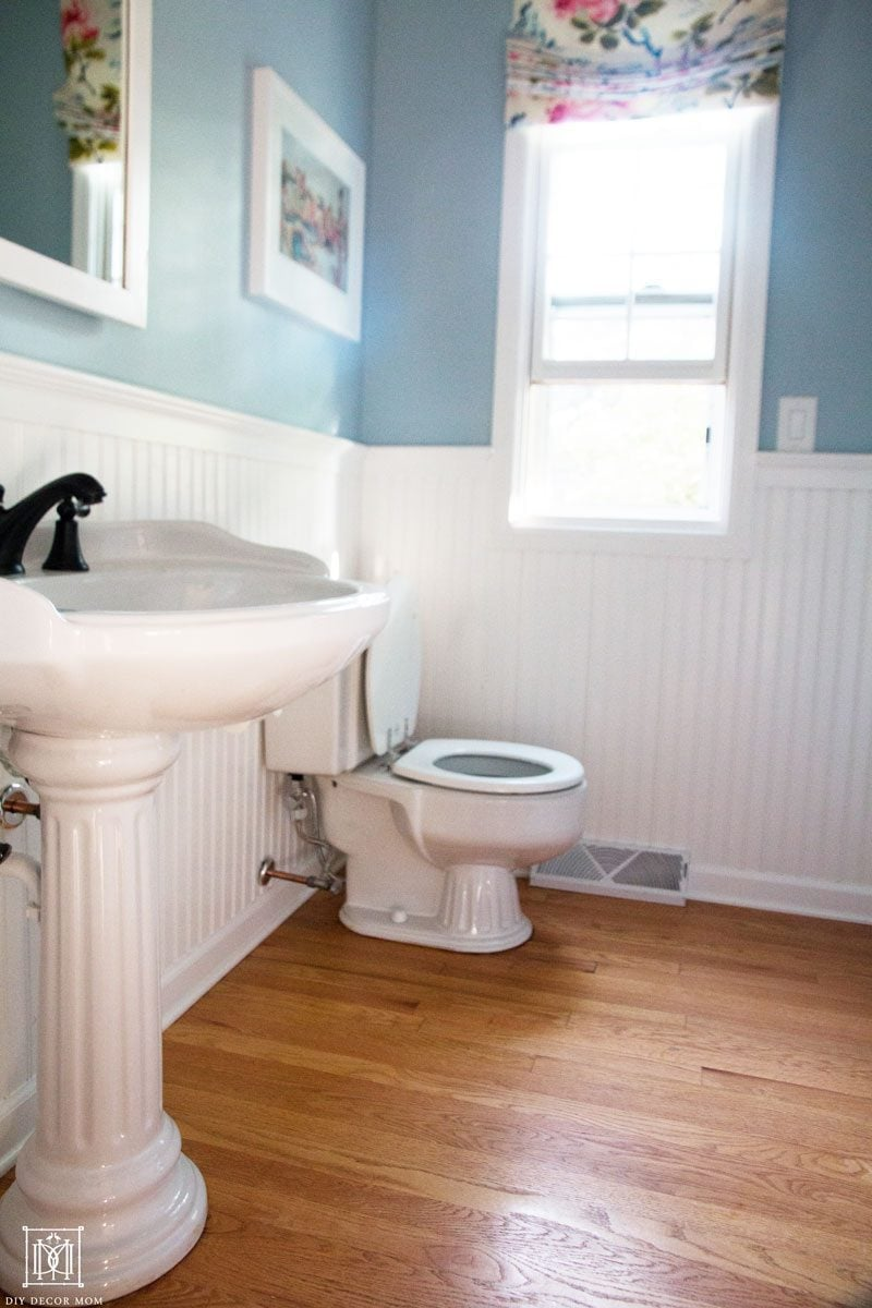 small bathroom with pedestal sink