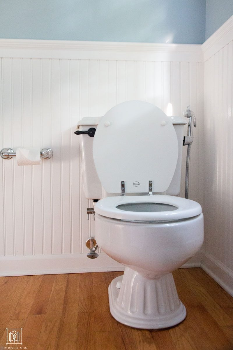 small bathroom before with old toilet