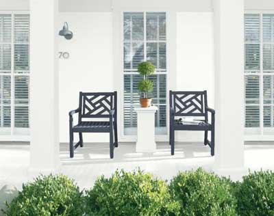 BM chantilly lace exterior of house with Hale Navy Chippendale patio chairs and boxwoods